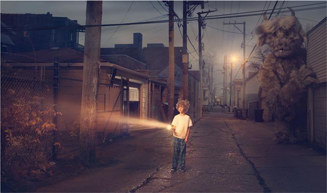 Niño en Pijama en medio de una calle desolada y con una linterna en la mano