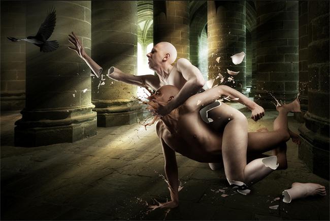 Fotomontaje de dos personas desnudas, una sobre la otra, intentando agarrar un pájaro