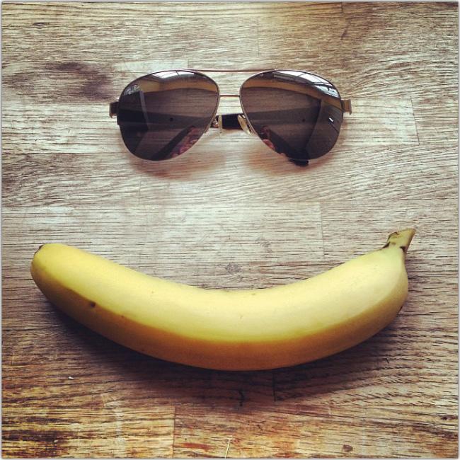 Una sonrisa hecha con un plátano como boca y anteojos de sol como ojos
