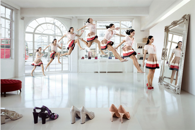 Cheerleader frente al espejo. Se ven muchas de la misma, como recorriendo el camino desde la puerta de la sala hasta el espejo con un salto reproducido.