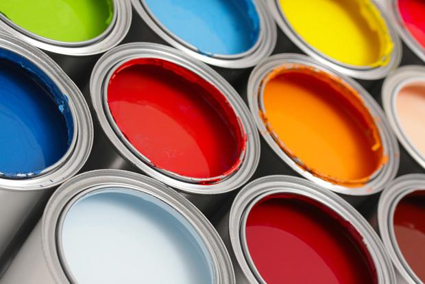 Muchos tarros de pintura de diferentes colores abiertos y juntos