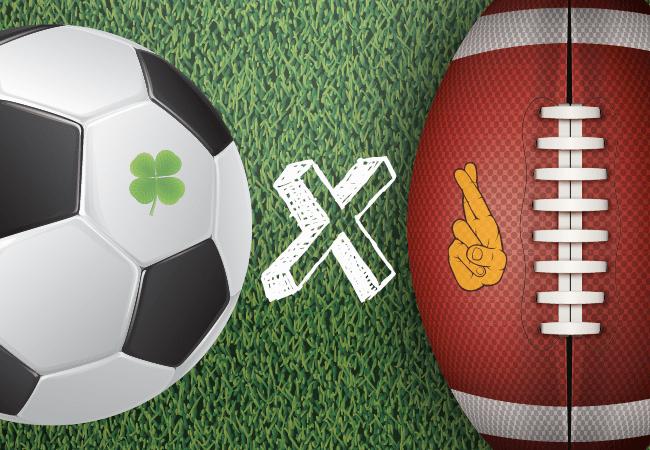 Una pelota de fútbol y una de fútbol americano