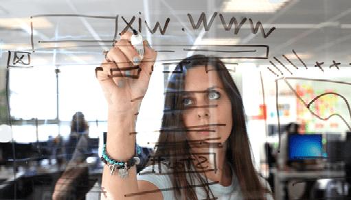 Diseñadora planea el layout de un siitio