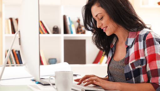Joven mujer frente a un computador