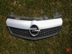 Opel Zafira B Решетка радиатора HG06845752