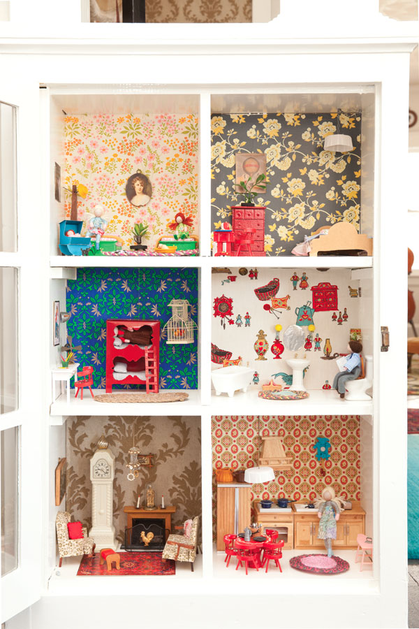 Local Mom Amy Boyd Built Her Daughter A Custom Dollhouse Out Of An Old Bookshelf Fun Wallpaper Designs And Furnishings Bring The Space To Life