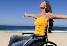 ragazza disabile al mare