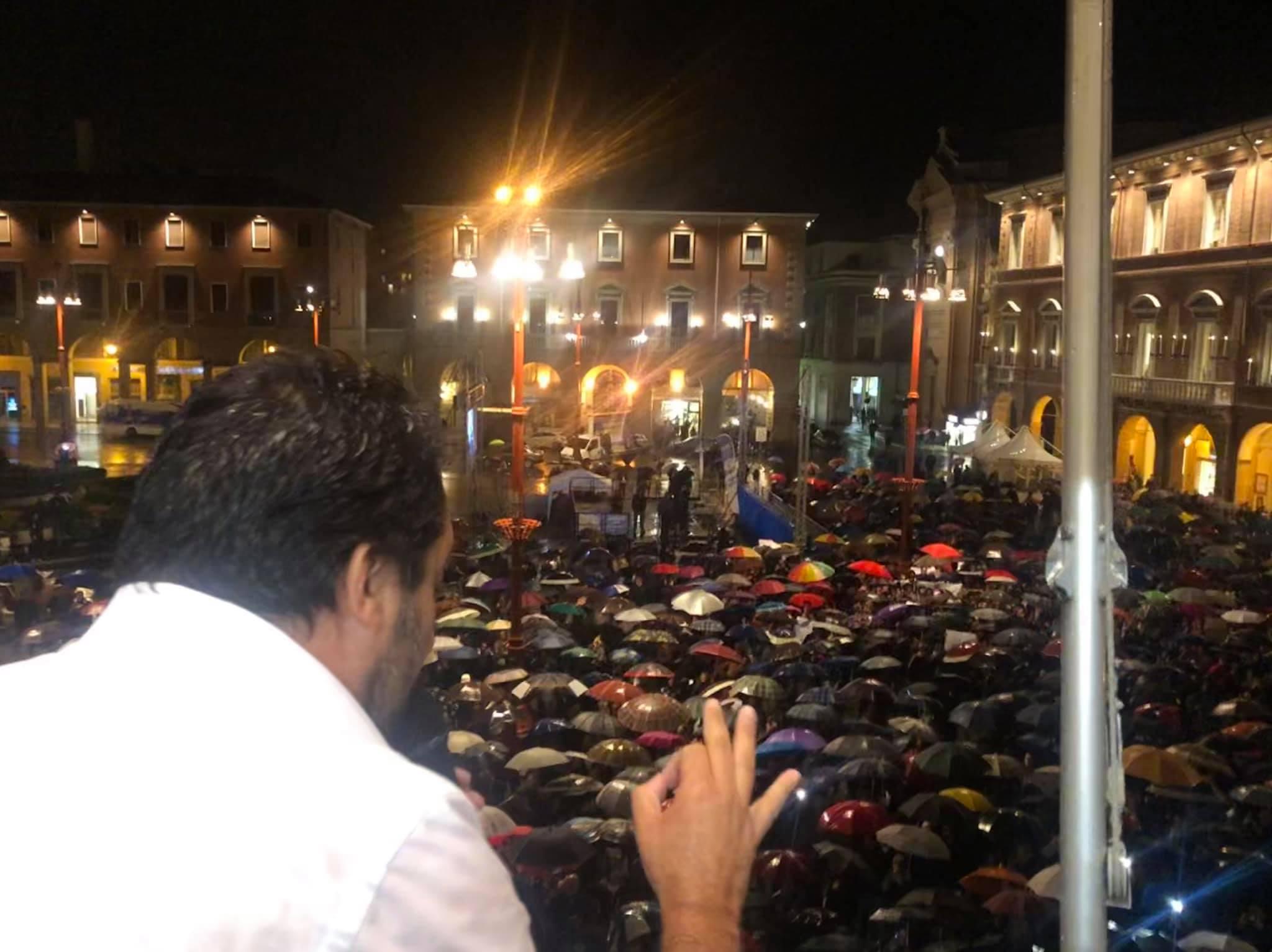 Matteo-Salvini-sul-balcone-comunale