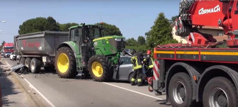 Incidente-stradale-Ravenna-auto-trattore