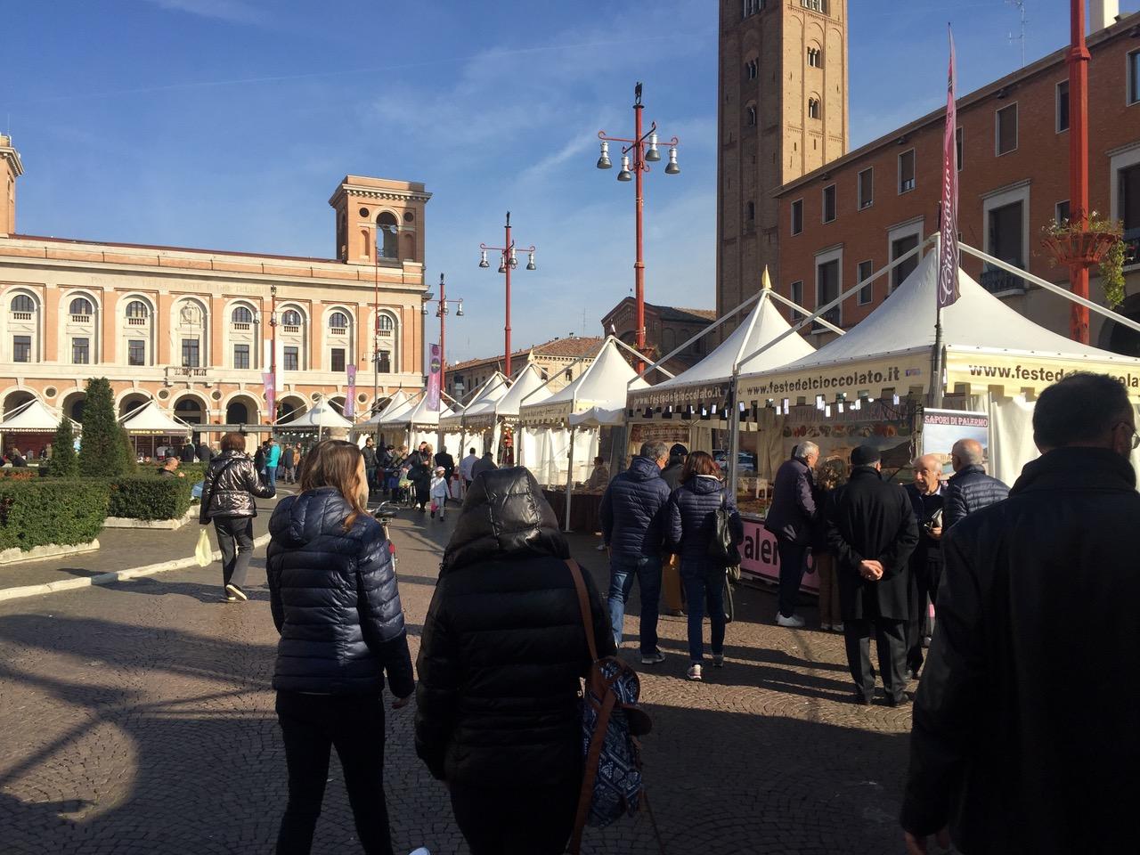 Festa-del-cioccolato-Piazza-Saffi-bancarelle