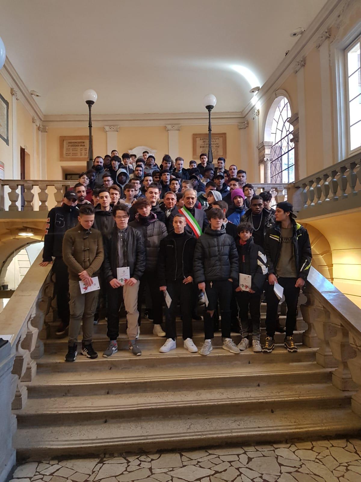 Consegna-Costituzione-Italiana-a-una-classe-di-Forlì