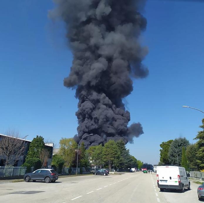 Incendio-zona-industriale-Forlì-azienda-Alpe