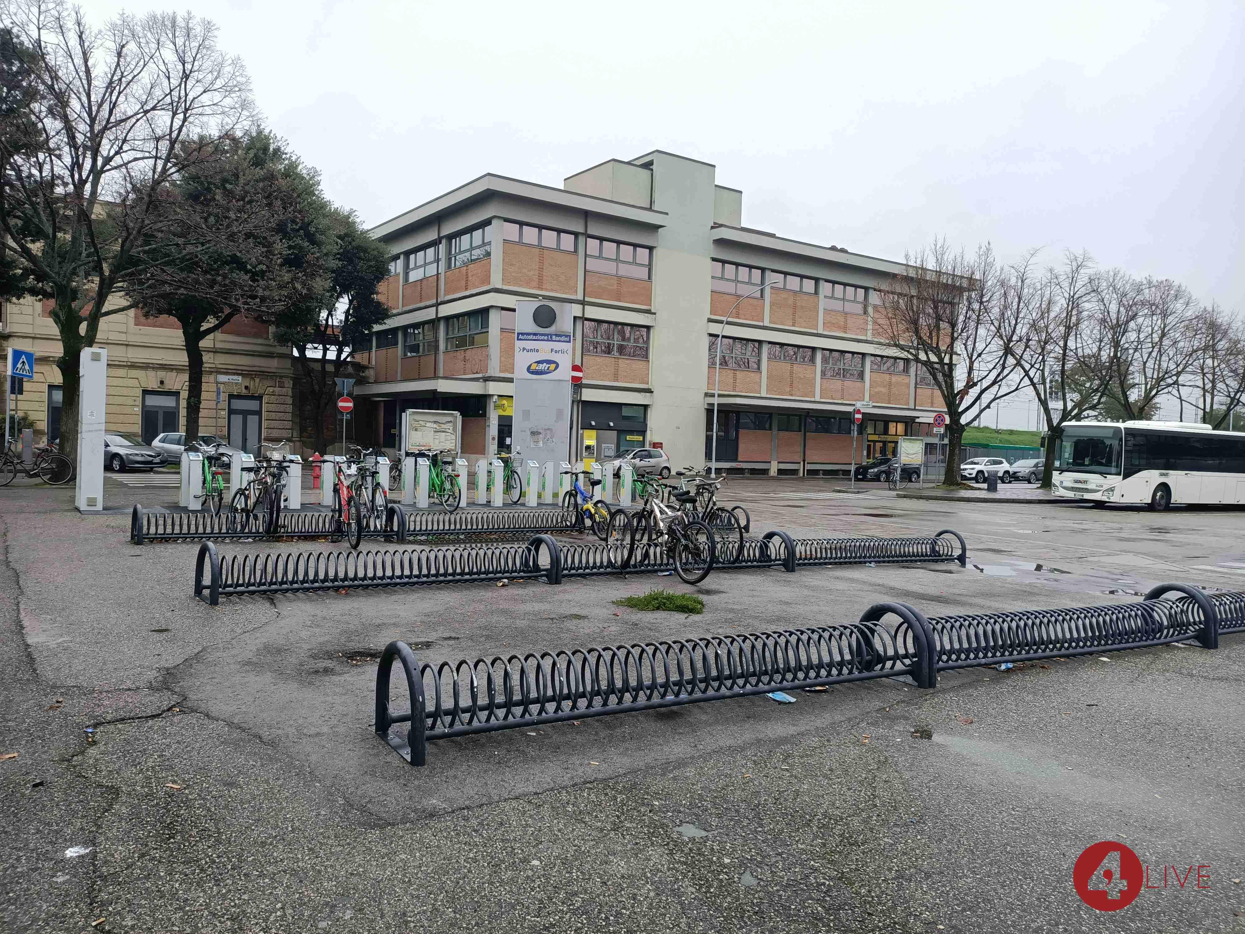stalli bicicletta in stazione a Forlì