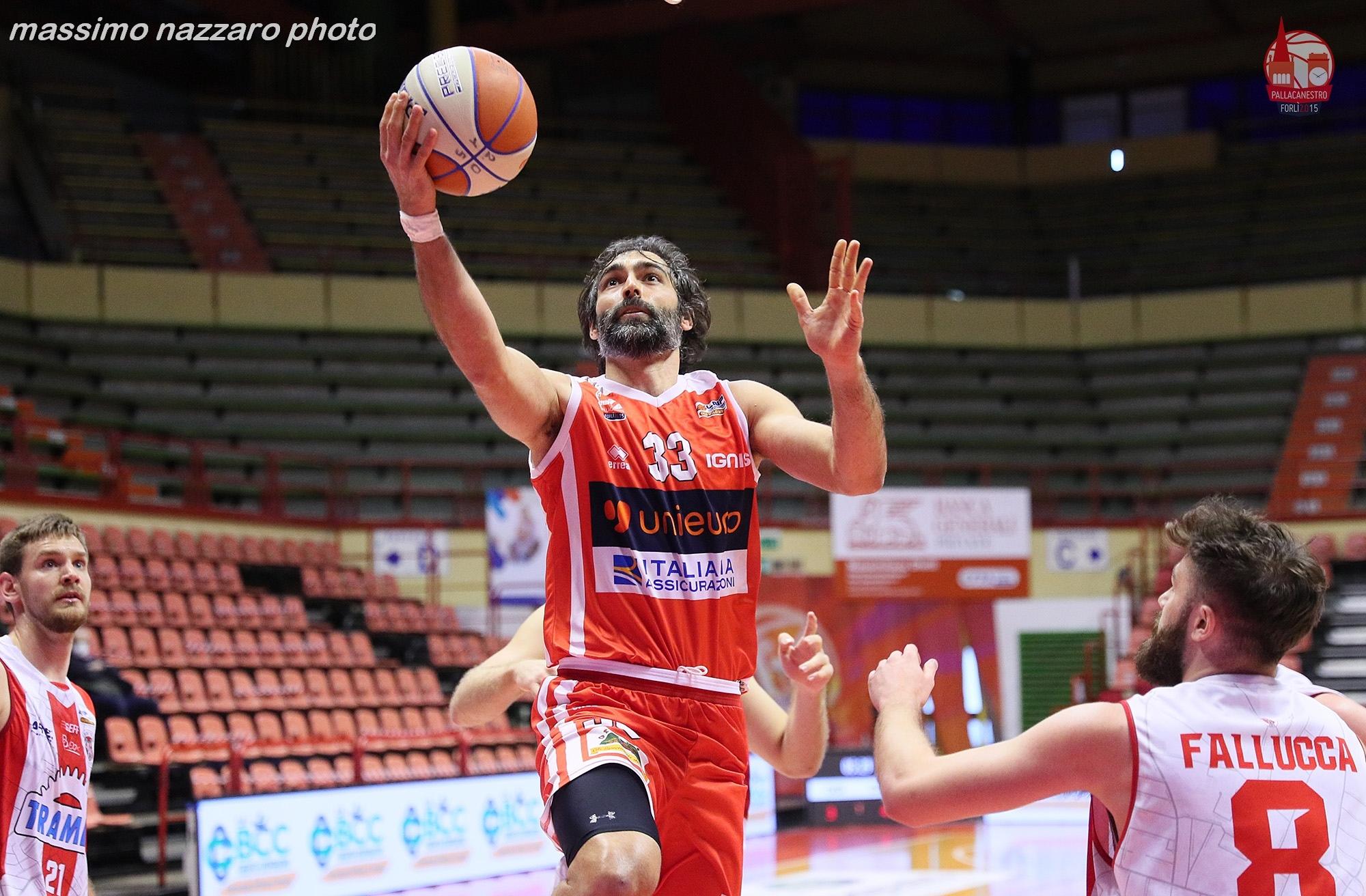 Basket-UNIEURO-CENTO-Davide-Bruttini-in-sottomano