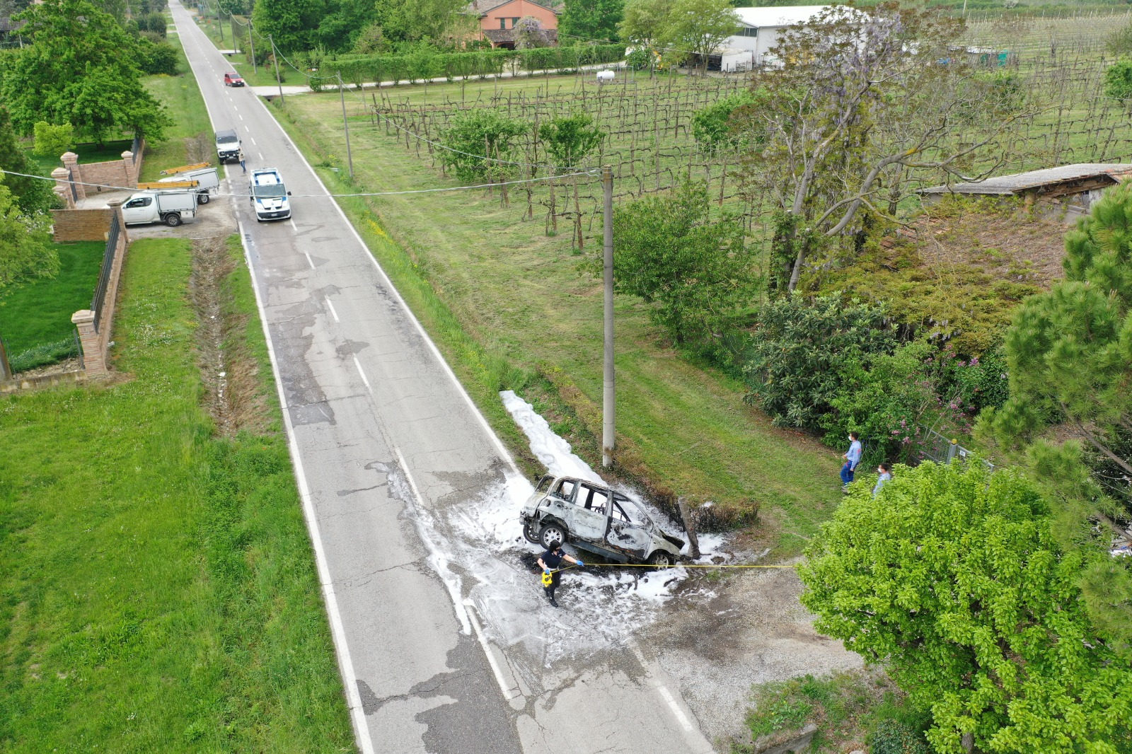 incidente stradale con auto incendiata