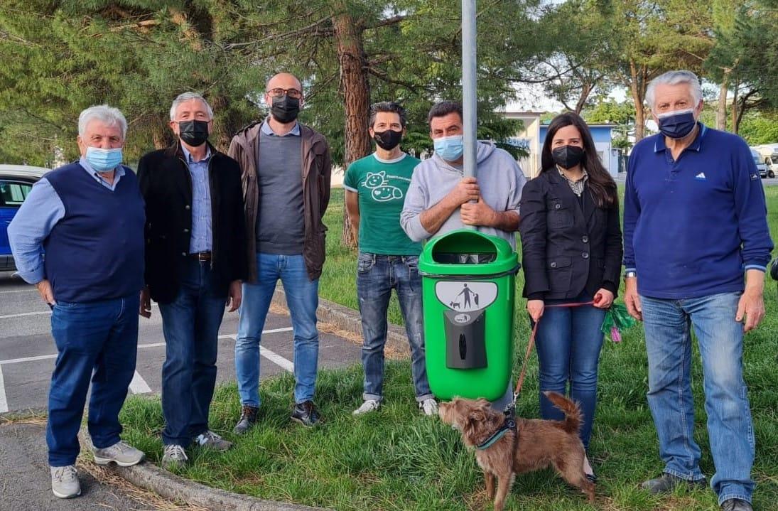 installazione di cestini per la raccolta delle deiezioni canine