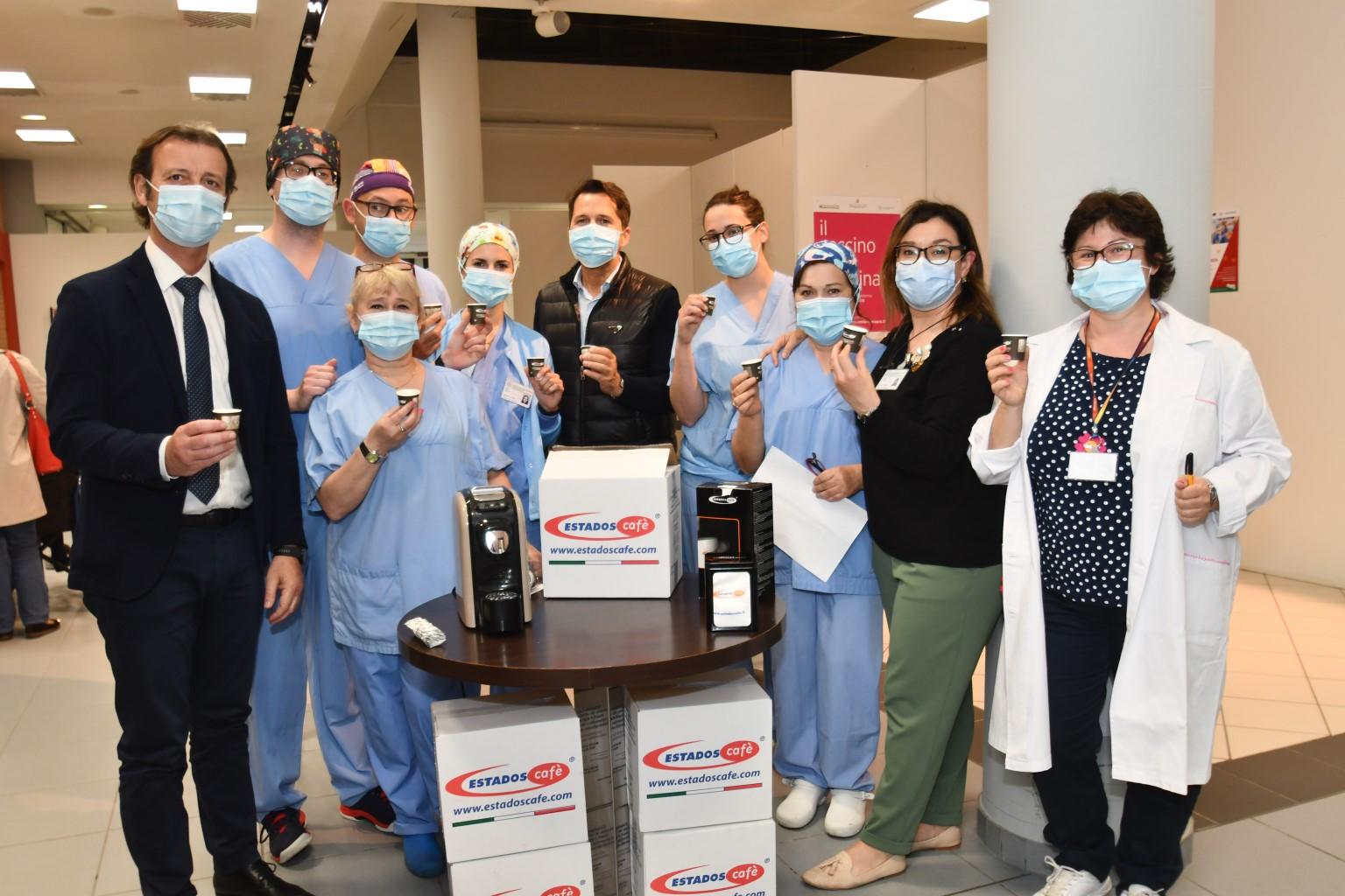 Dono Estados Cafe al personale Punto Vaccini