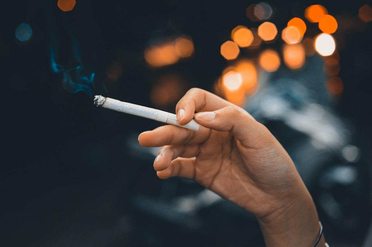 mano sigaretta fumo