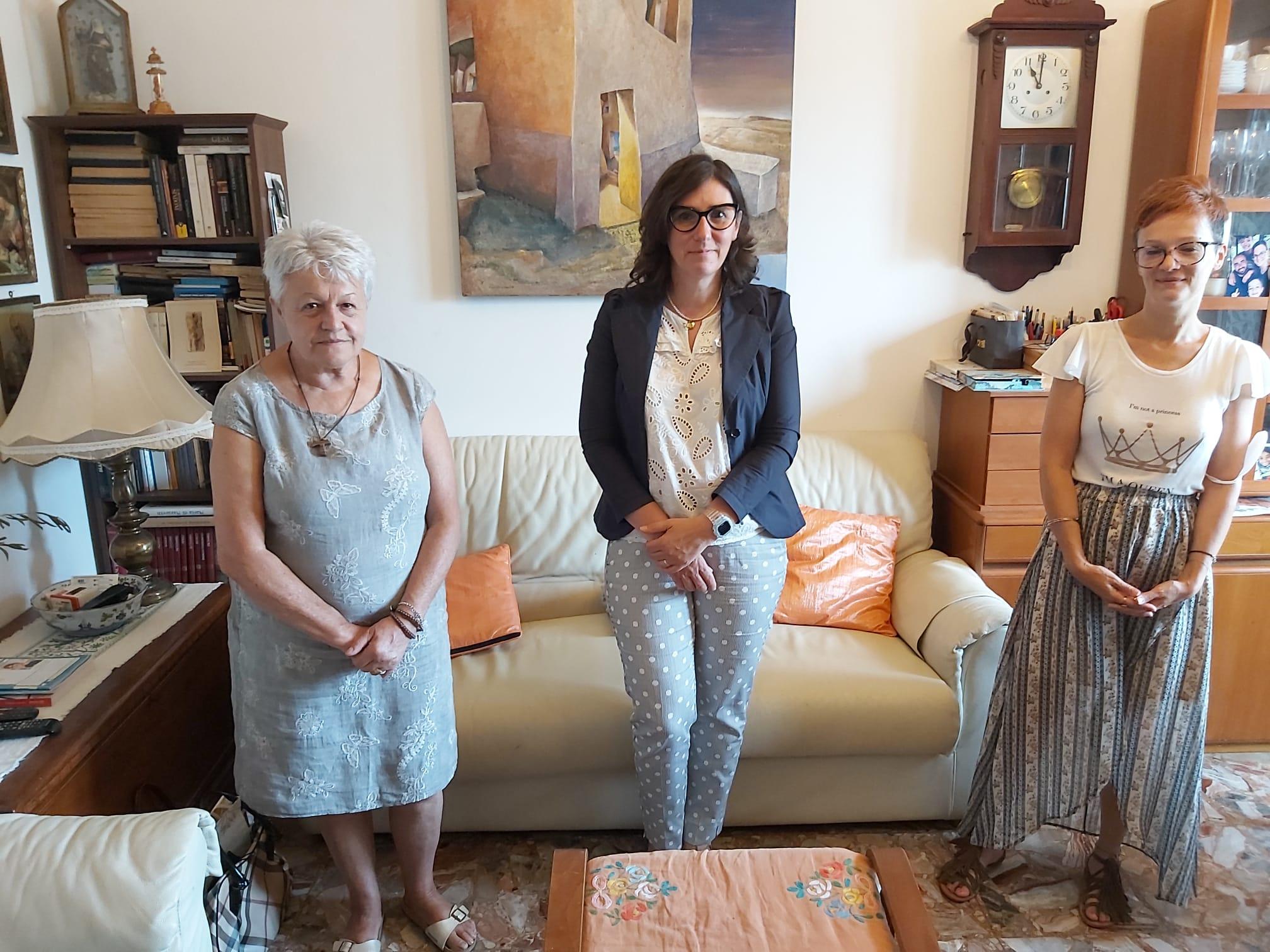 mamma-e-sorella-di-Sara-Pedri-con-assessora-Tassinari