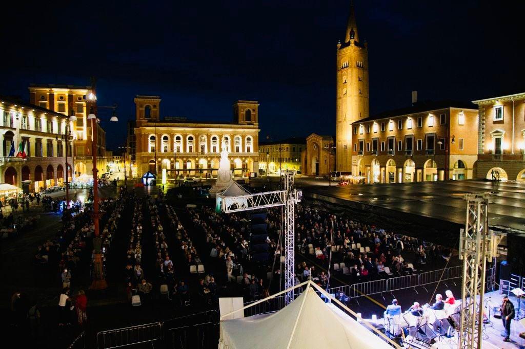 Piazza-Saffi-di-Forli-per-il-Festival-del-Liscio