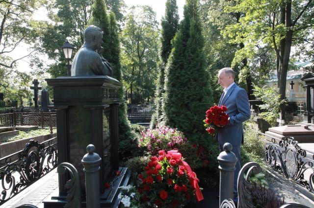 Беглов возложил цветы на могилу Анатолия Собчака