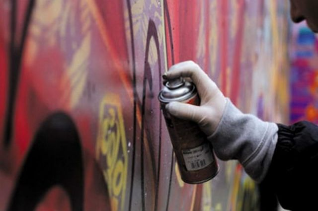 Памятник конке у «Василеостровской» очистят от граффити