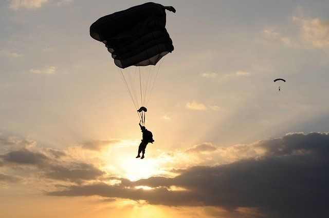 СК проводит проверку после неудачного прыжка мужчины с парашютом в Ленобласти