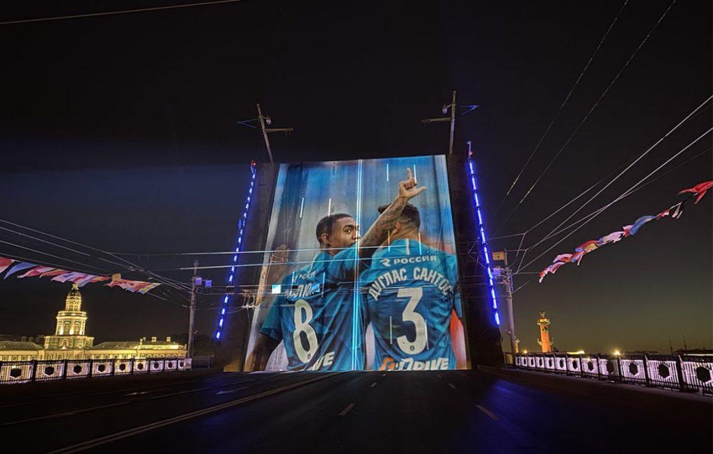 В Петербурге прошло световое шоу в честь золотого дубля