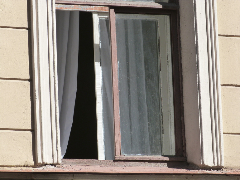 В Сосновом Бору муж выбросил жену с 4-го этажа
