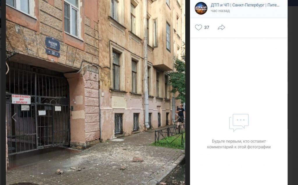 Рухнувшая часть фасада разбила припаркованное авто в Басковом переулке
