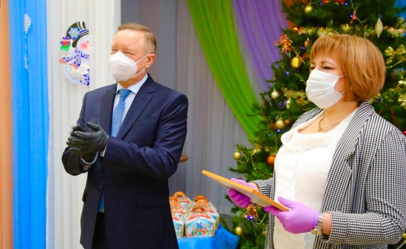 Губернатор передал подарки в детский дом в Петергофе