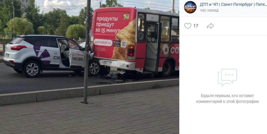Видео: машина такси врезалась в маршрутку на проспекте Ветеранов