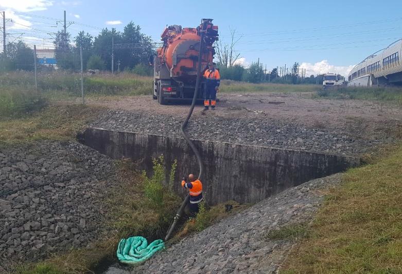 Экологи ликвидировали нефтеразлив на реке Сестре в поселке Белоостров