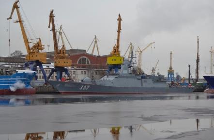 Один из телеоператоров в Петербурге упал в воду во время поднятия флага на корвете «Гремящий»