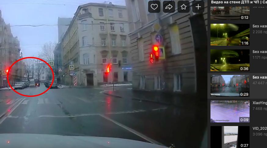 На Петроградке с эвакуатора съехала машина