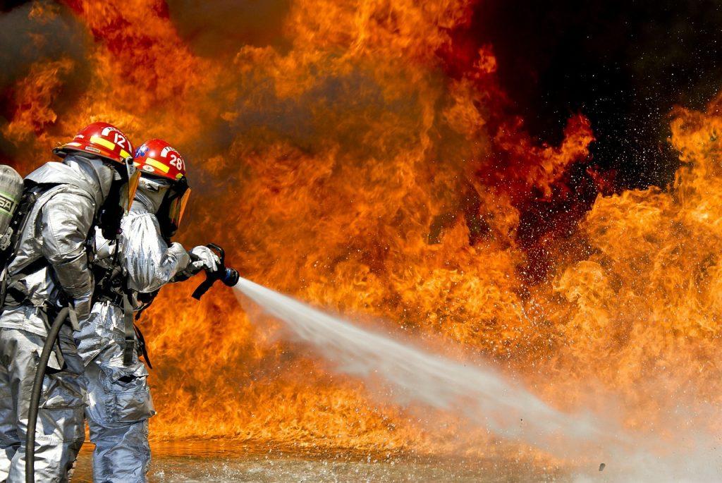 Пожарные тушат ангар в промзоне Пикалево