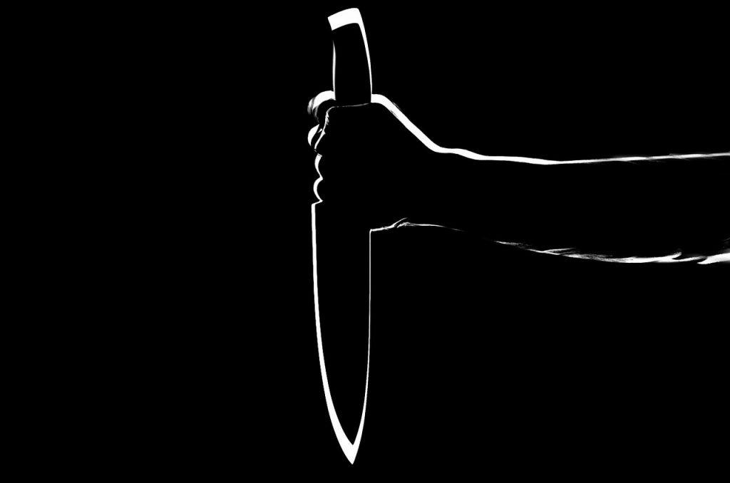 В Петергофе неизвестный ударил в живот мужчину