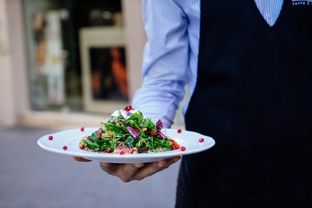 В гостиницах и ресторанах Петербурга повысился спрос на персонал