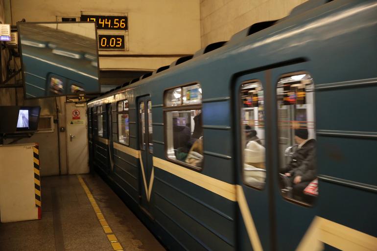 Полиция ищет мошенников, заявивших о минировании метро «Фрунзенская» через телефон петербуржца