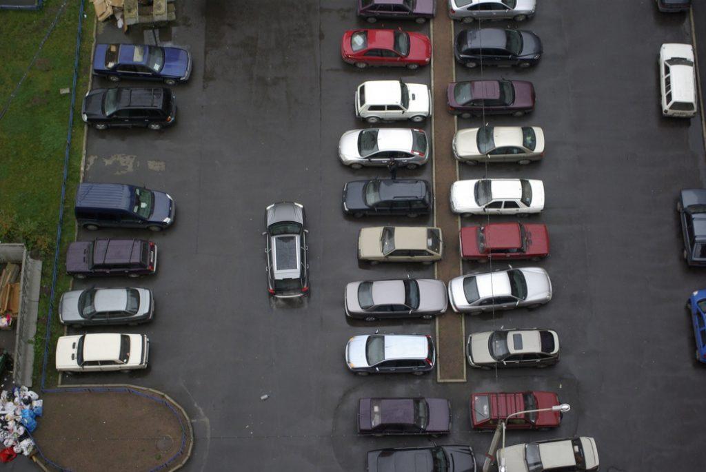 В Приморском районе ГАТИ выявила 30 нарушений правил парковки во дворах