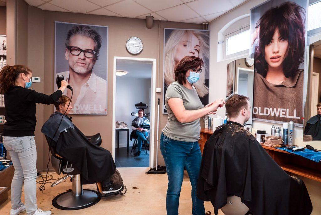 В Петербурге с 15 июня открываются парикмахерские, бани и велопрокаты