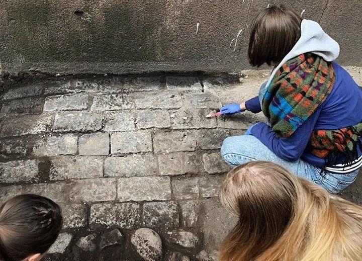 Активисты расчистили старинное мощение во дворе дома на Римского-Корсакого
