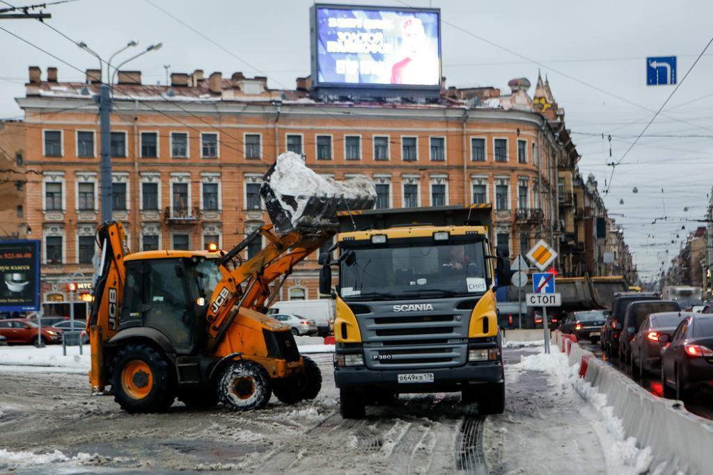 Улицы Петербурга чистят от снега более 900 машин и 1200 работников