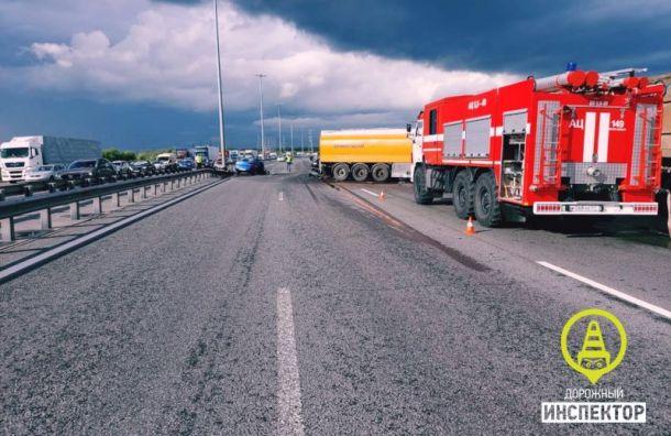 Число погибших в жутком ДТП с бензовозом на КАД увеличилось до двух