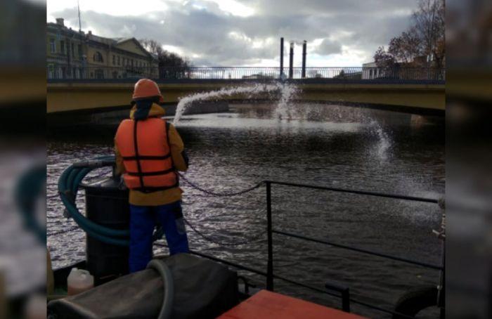 В акватории реки Мойки петербуржцы заметили нефтяные пятна