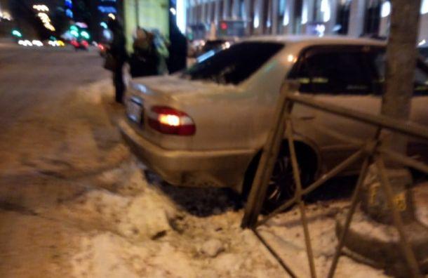 На площади Ленина автомобиль зацепился за рельсы и вылетел на тротуар