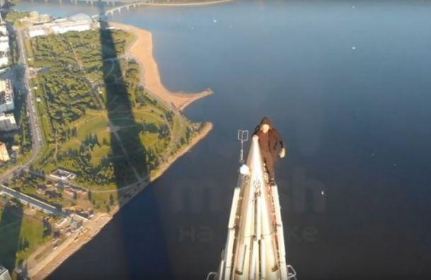 Видео: неизвестный покорил вершину «Лахта центра» без страховки