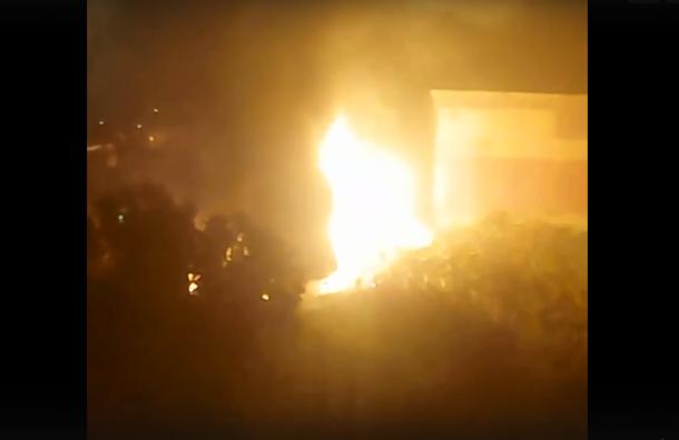 Во дворе на проспекте Обуховской Обороны вспыхнула и взорвалась