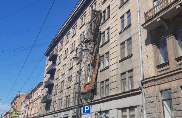 Из-за угрозы обрушения с дома на Кирочной демонтируют все хлипкие балконы
