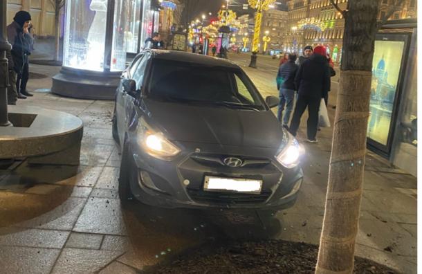 Hyundai вылетел на тротуар у Гостиного Двора и сбил людей